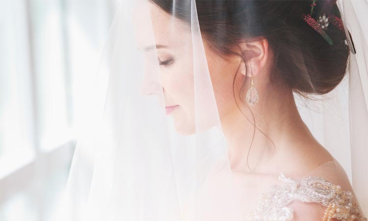 How To Put The Veil On The Bride: A Ceremony Guide