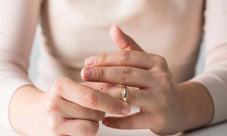 How-To-Wear-Engagement-And-Wedding-Ring-A-Guide-To-Your-Personal-Style
